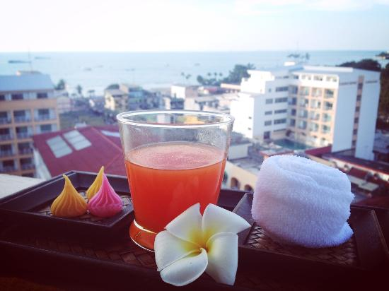Sunbeam Hotel Pattaya : Enjoying welcome drink on the balcony with the partial sea view.