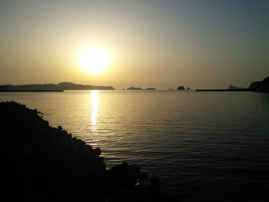 Ikijimaso : 旅館近くの漁港からの夕日