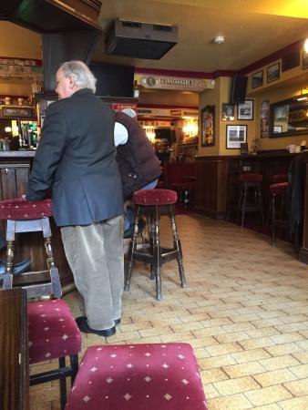 Lowry's Bar: Excellent endroit pour venir casser la croute le midi.  Un authentique pub dont les clients réfé