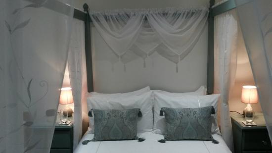 Blue Waters Lodge : Four Poster Bridal Suite