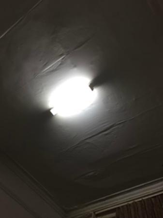 Queen's Hotel: ceiling