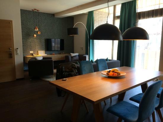 LEDERER's LIVING: Wohnzimmer mit Esszimmer