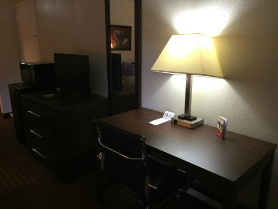Red Roof Inn Kingsport: Desk, TV, Fridge, And Microwave