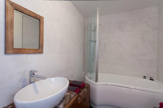 Zoete kers badkamer met bad douche combinatie foto van kokerelle