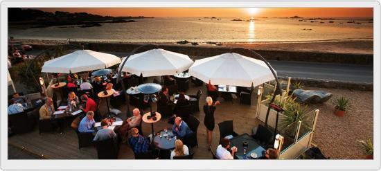 Cobo Bay Restaurant & Beach Terrace: Cobo Bay Hotel Beach Terrace