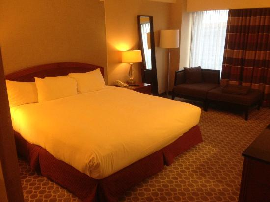 Hilton Boston Logan Airport: Clean King Bed