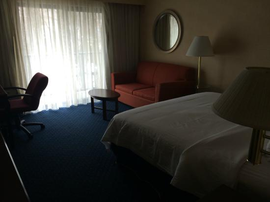 Quality Inn: bedroom with sofa and desk