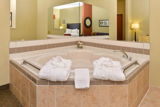 Comfort Suites Urbana Champaign University Area Whirlpool Suite
