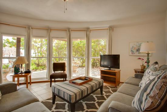 Xanadu Island Resort: Living room with panoramic windows