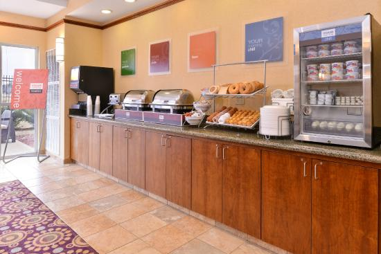 Comfort Suites Urbana Champaign, University Area: Breakfast Buffet