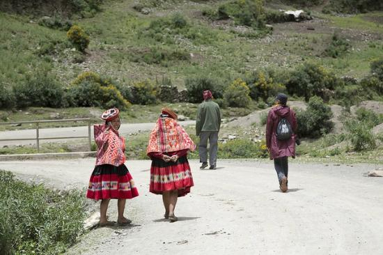 Visiting a Quechua home and meeting the weaver's daughter! © Pink ...