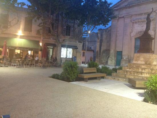 L'ami Provencal : #NOUVELLE GESTION ! Place de l'Église - Fontvieille, Terrasse de L'ami Provençal un soir de mai