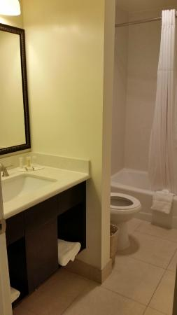 Best Western Plus LA Mid-Town Hotel: Bathroom