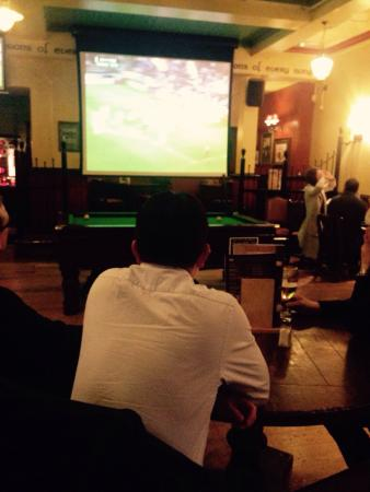 O'Neill's Pub and Grill: Footy on the big screen.