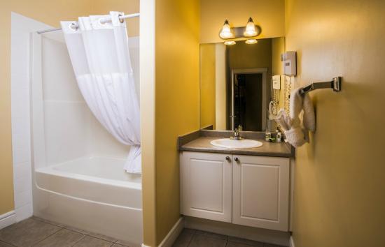 Stanton Suites Hotel: Full Bathroom