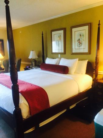 BEST WESTERN PLUS Morristown Conference Center Hotel: Four poster bed