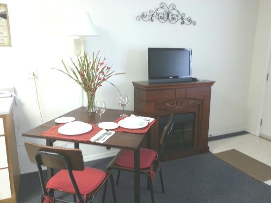 Chelan Valley Inn : Dining/Fireplace #3