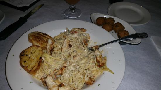 Half Shell Oyster House: Chicken Alfredo