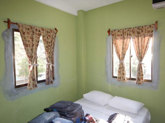 La Terraza Guest House: One of the bedrooms- note windows.