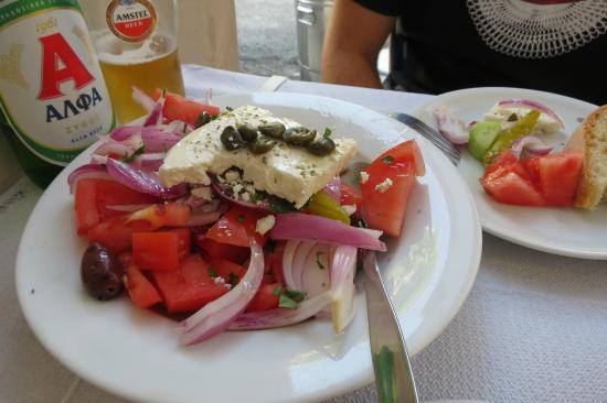 Pan Hotel: Salada grega, na rua do hotel (indicação)