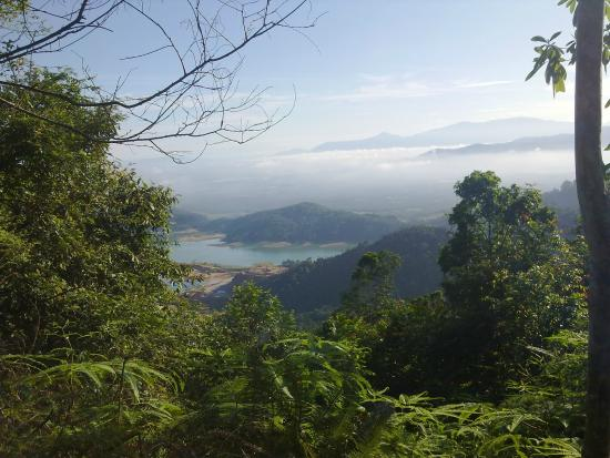 Bukit Mertajam, Малайзия: Mengkuang dam view from tar road hike.