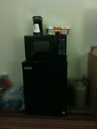 Red Roof Inn Phoenix West: Double Bed Room With Coffee Maker, Microwave And Fridge