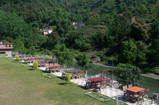 Visco Resorts : Lawn of the resort and river Beas