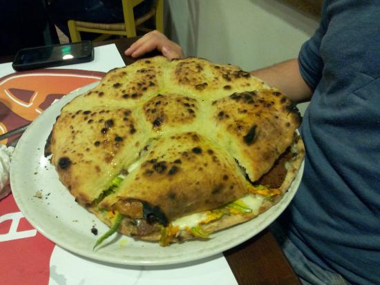 About Pizza Tonda : ROSETTONE. Suddivisi nei vari spicchi cotoletta,salame piccante,mortadella,ricotta,fiori e alici