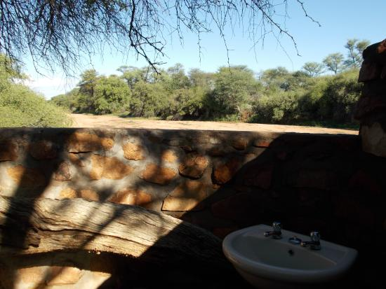 Khan River Lodge : The unique bathroom with a view over the river bed.