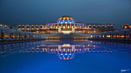 Mitsis Laguna Resort & Spa: Вид отеля в вечернее время.