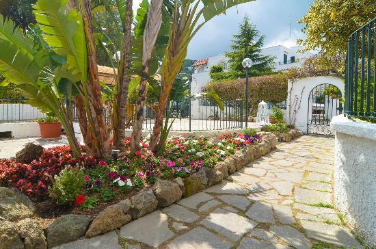 Ingresso con giardino esterno della villa foto di villa - Ingresso giardino ...