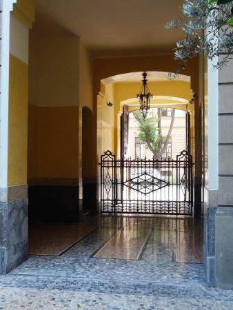 Это вход в отель (дверь слева в стене), прямо во внутренний дворик.