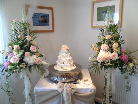 Stonelees Golf Centre : Flowers and cake set up in Function Room