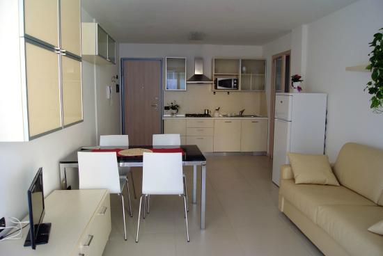 Cucina e soggiorno - Bild von Residence Aprilia Grado, Grado ...
