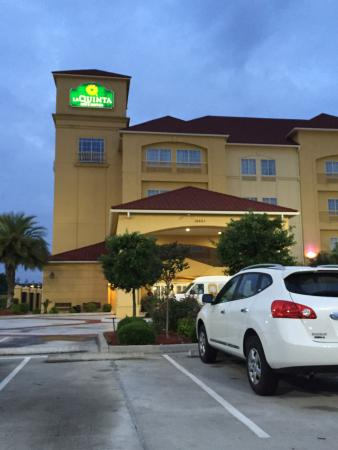 La Quinta Inn & Suites Houston Bush Intl Airport E: Front of hotel