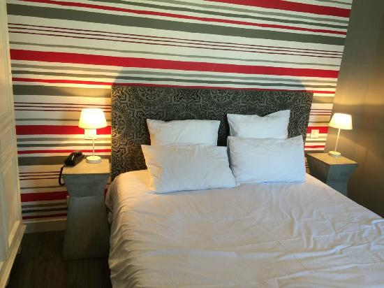 Le Londres: King size bed room.