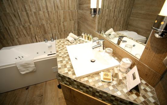 Relais Saint-Jacques: Salle de Bain avec bain à remou