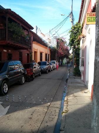 Hotel Casa Alejandria: Rua ao lado onde se toma o café da manhã