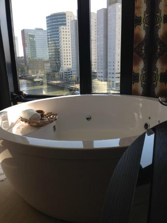 Jacuzzi in front of the window picture of mainport hotel for Mainport design hotel leuvehaven 77 3011 ea rotterdam