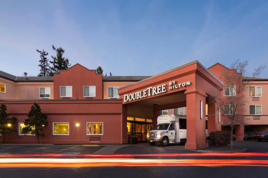 DoubleTree by Hilton Hotel Portland - Tigard: Front Entrance