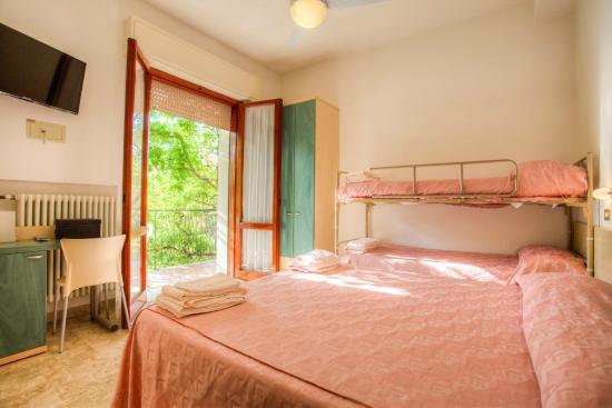 Camera quadrupla con letto a castello - Foto di Albergo B&B Villa ...