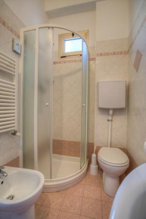 Bagno completo e funzionale foto di albergo b b villa lucia bellaria igea marina tripadvisor - Bagno lucia marina di pietrasanta ...