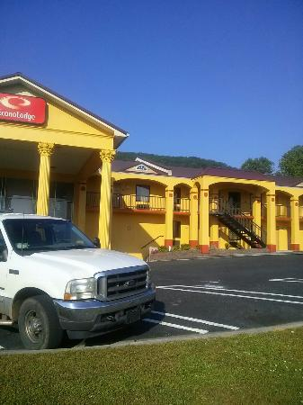 Econo Lodge Dalton : I was trying to get pics of the beautiful scenery,  so I wasn't really aiming for the hotel... b