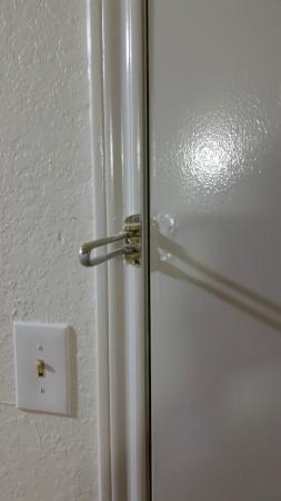 Motel 6 Longview North: No door security?