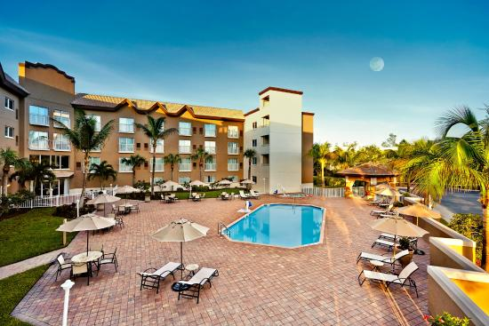 Holiday Inn Express & Suites Naples: Exterior pool view