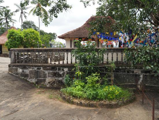 Temple of the Gadaladenia : Возле входа на территорию