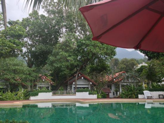 Koh Chang Grand View Resort: At the pool - looking to front row bungalows