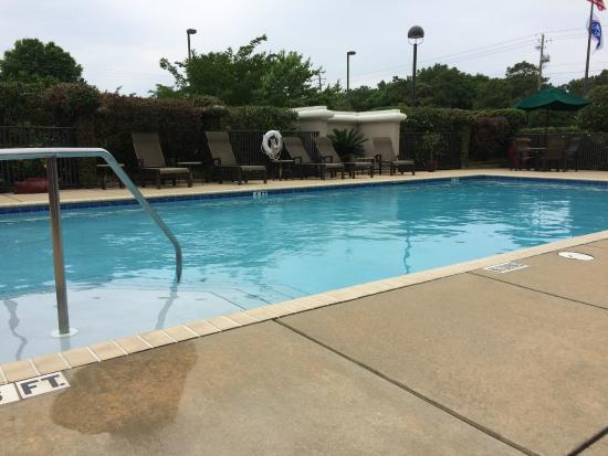 Hampton Inn Pensacola Airport (Cordova Mall Area): Pool to myself, nice temp even for an April day