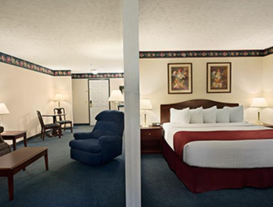 Days Inn Grayling: King jacuzzi suite sleeping and sitting area
