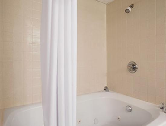 Days Inn Grayling: King jacuzzi suite jacuzzi tub